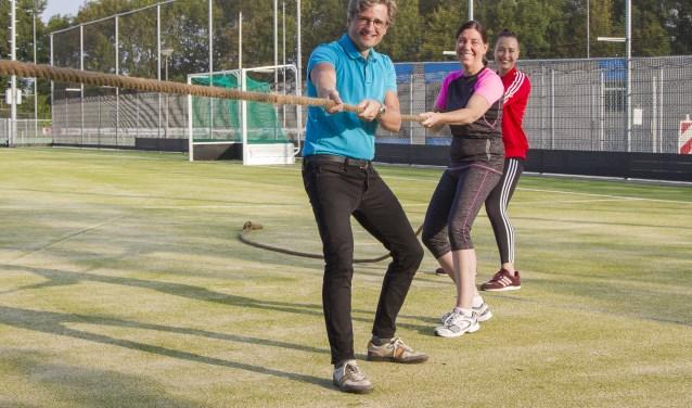 Van voor naar achter: Wethouders Antoine Tromp en Anke de Vink-Hartog, achteraan buurtsportcoach Chantal Thomas op het nieuwste gezamenlijke kunstgrasveld van MHCU en KV Stormvogels
