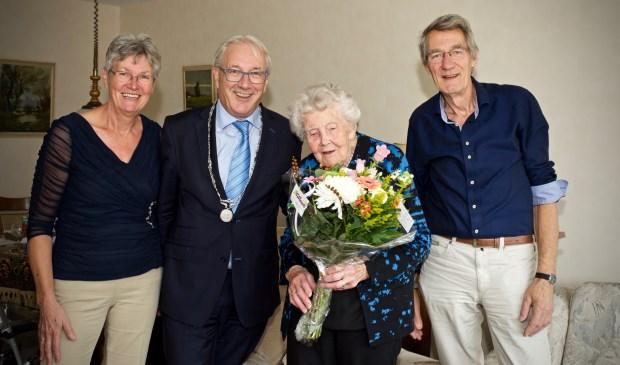 De jarige mevrouw M. de Wildt-Tesselaar vlnr.dochter Ineke, burgemeester Hans Romeyn, mevrouw M. de Wildt-Tesselaar, zoon Kees