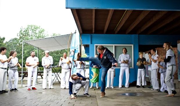 Wethouder Rob Opdam verricht de opening door samen met Batuque Capoeira Holland een demonstratie te geven