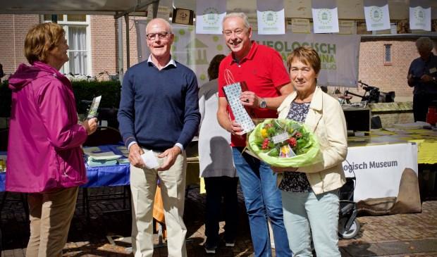 Jan en Irma Palfenier ontvangen van Paul Morsch een bos bloemen en een attentie