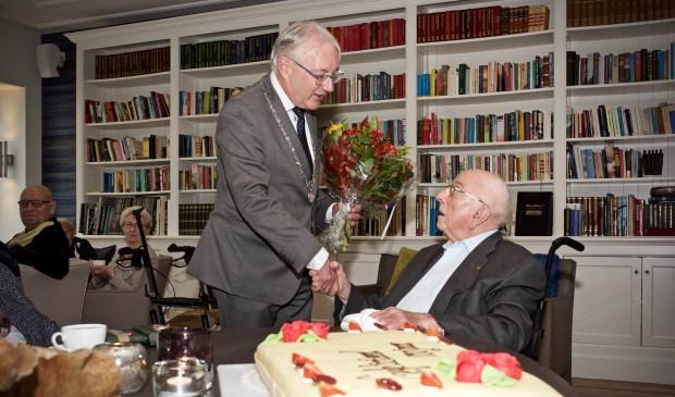 Burgemeester Hans Romeyn feliciteer de honderdjarige Jaap van Werkhoven