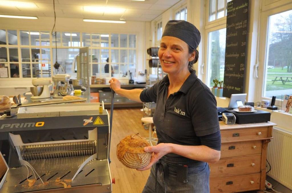 Dominique met het Oude Knegt brood