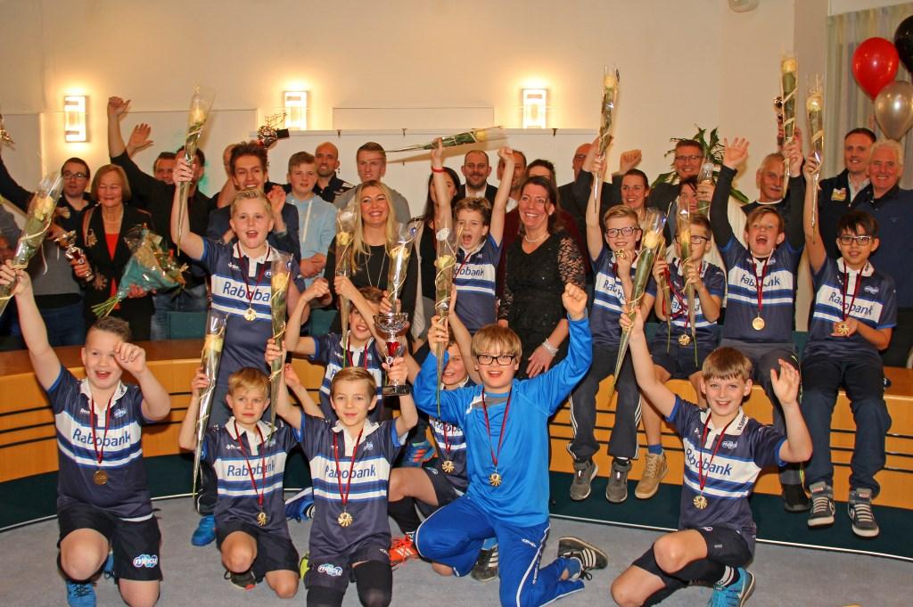 Groepsfoto van alle sporthelden in Uitgeest.
