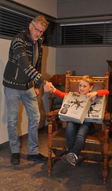 De trotse prijswinnaar met zijn drone, zittend op de oude burgemeestersstoel in De Duynkant