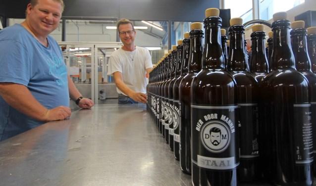 Stefan van Bier door Mannen links met op de achtergrond Kees Schouten van de DNHBB.