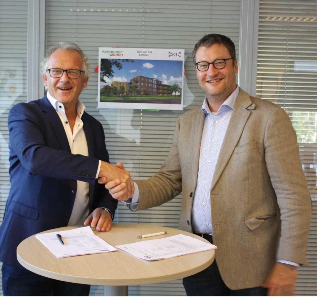 Dick Tromp (directeur-bestuurder Kennemer Wonen) en Camiel Honselaar (directeur HSB Bouw) ondertekenden de turnkey-overeenkomst voor Duc van Tol  © Uitkijkpost Media B.v.