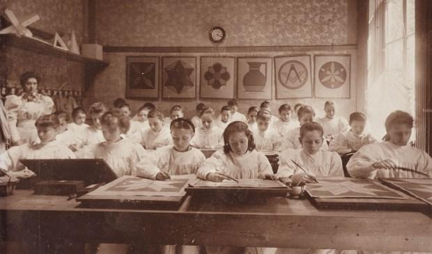 Studeren is van alle tijden. Een afbeelding uit de beeldbank van het Regionaal Archief. Te zien zijn de leerlingen van de Huishoud- en Industrieschool, 1896.