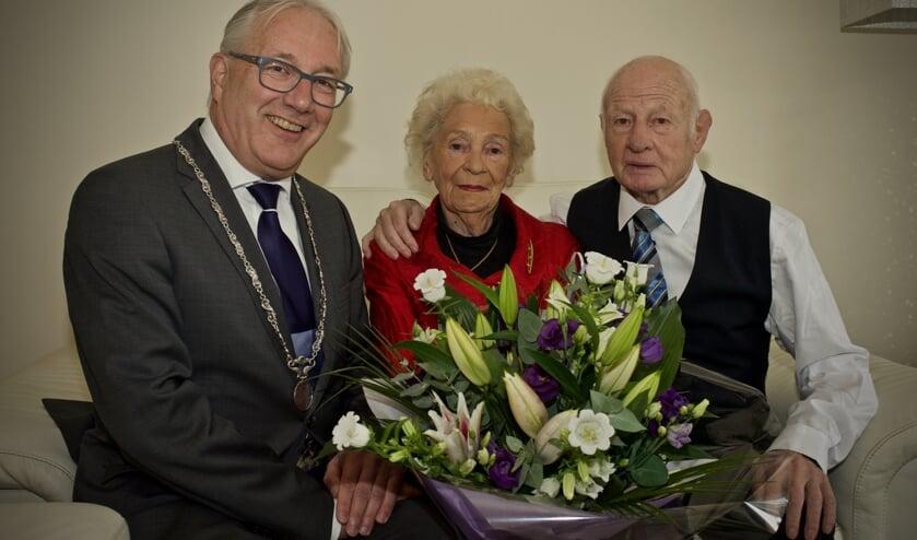 Burgemeester Hans Romeyn kwam het echtpaar Geelhuijzen feliciteren met hun 60-jarig huwelijk