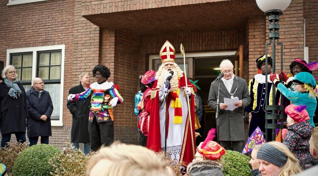 De gebarenpiet (in het regenboogpak) vertelde alles dat Sinterklaas zei in gebarentaal voor dove en slechthorende kinderen.  Foto: STiP Fotografie © Uitkijkpost Media B.v.