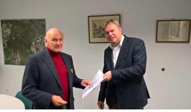 Namens de bewoners overhandigt Carl Müller een petitie aan wethouder Rob Opdam.