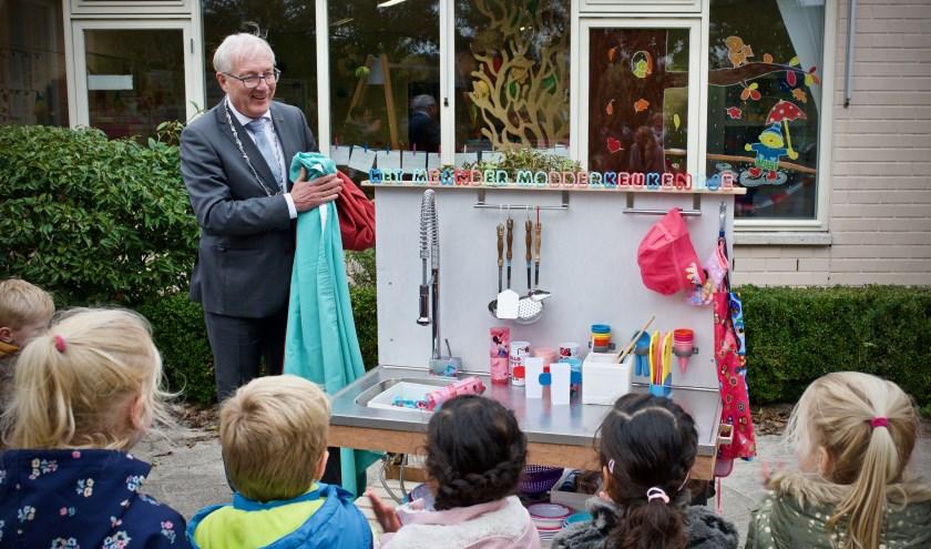 Burgemeester Hans Romeyn opent het 'modderkeukentje' bij de Meander.