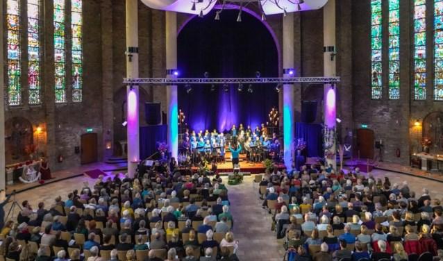 In een uitverkochte Cultuurkoepel voerde koor sWing het unieke theaterconcert 'Vreemde Zaken' op.