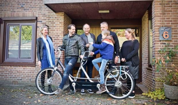 Uit handen van Stefan Beers ontvangt Kees Kops de sleutels van de tandem. VLNR. Lenny Kroone, Bart van Schagen, Stefan Beers, Jaap van den Kommer, Monique Tesselaar en achterop de tandem Kees Kops.