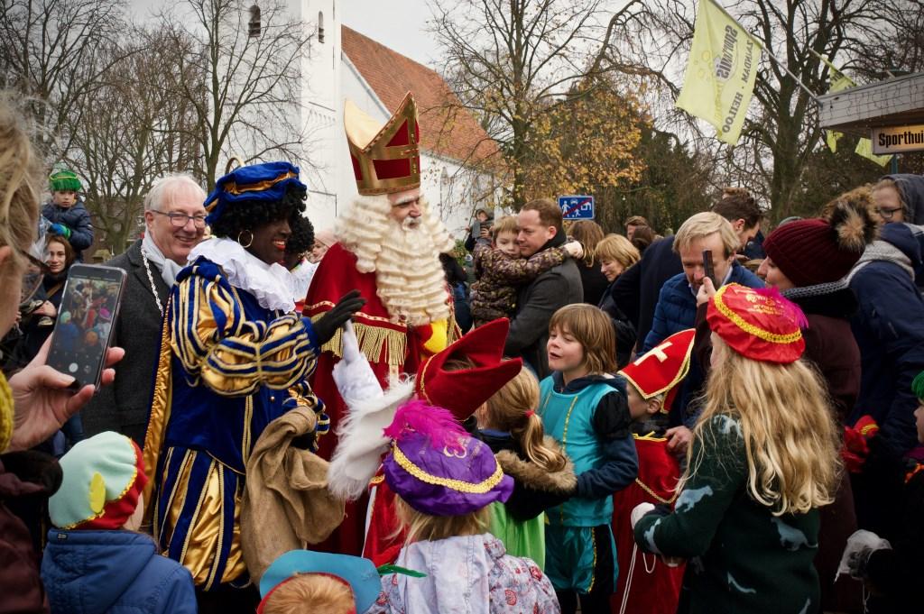 Sinterklaas en de Pieten genoten zichtbaar van alle aanwezige kinderen en ouders.
