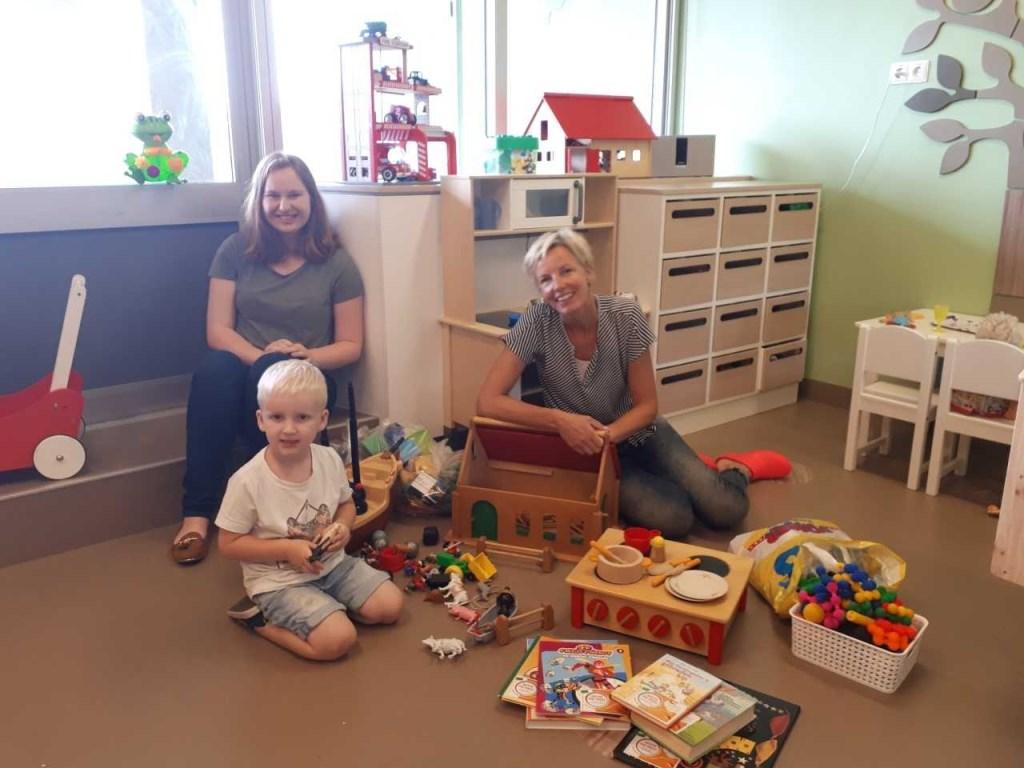 spelende Noä, Fieke (Speel-o-theek Castricum) en Anneke (Rode Kruis Ziekenhuis)