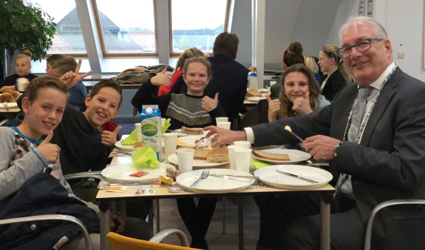 Burgemeester Hans Romeyn aan het ontbijt met leerlingen  van de Benedictusschool.