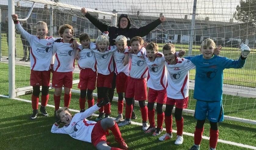 Achter de jongens staat coach Nick, van links naar rechts Rowin, Seym, Gabriel, Tim, Jimmy, Mason, Liam, Jesse, Bram en liggend Jens. Afwezig op de foto is Scott.