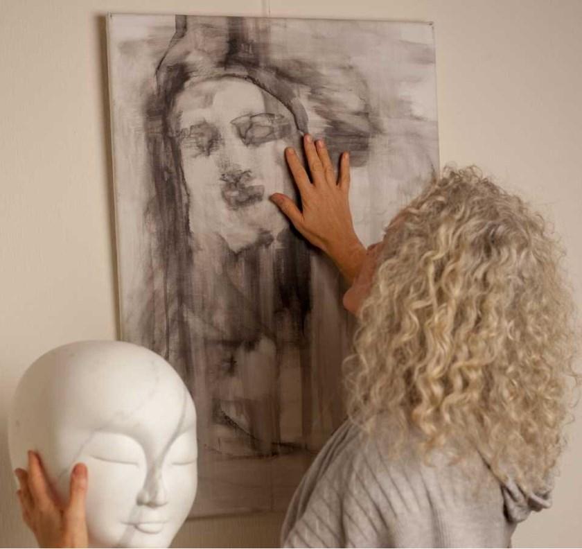 Eva Boon in het atelier van Marina & Sabrina.