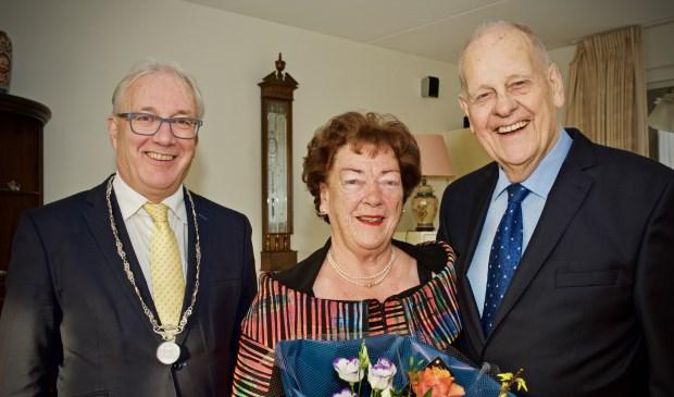 Burgemeester Hans Romeyn met het echtpaar De Nijs.