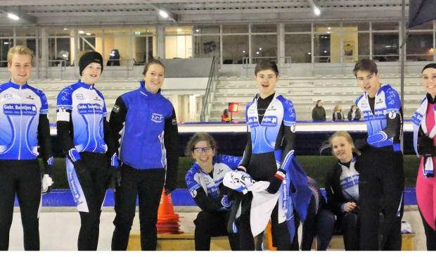 De Junioren in afwachting van de te verrijden 1500m: Thomas Jongejans, Merel Schouten, Joni Krom Femke Jongenotter, Mike Roelands, Sanne Veenboer, Patrick Roelands en Luna den Elsen.