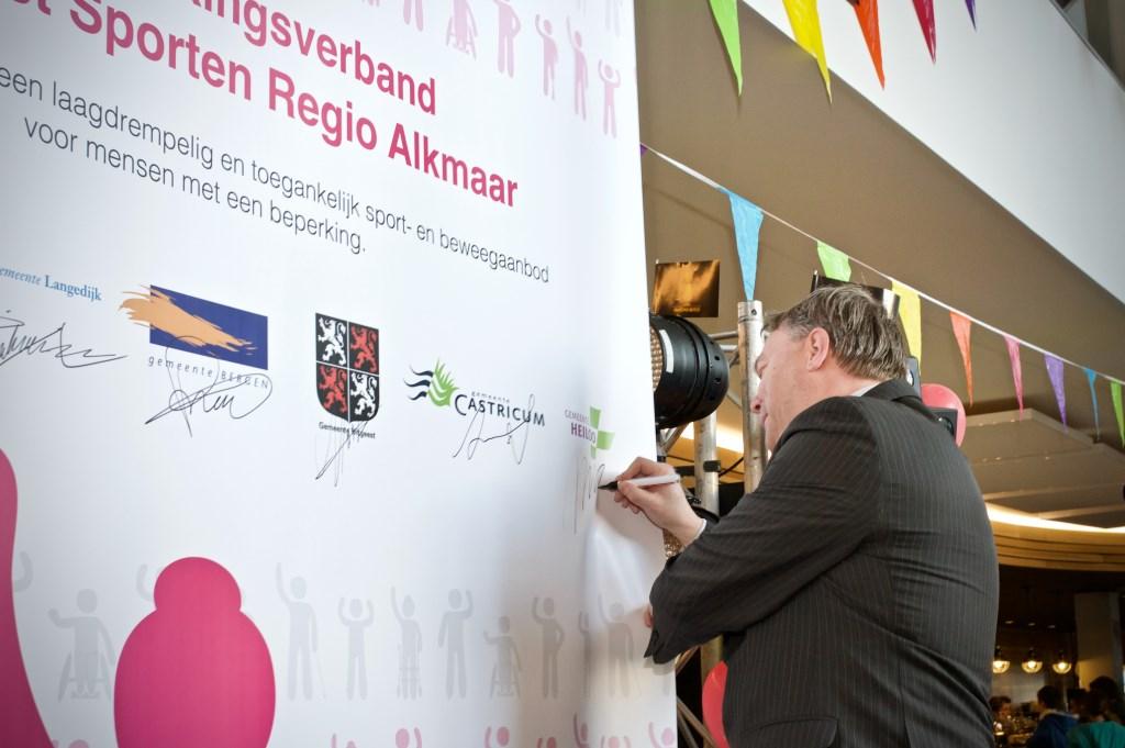Wethouder Rob Opdam ondertekent namens Heiloo de Samenwerkingsovereenkomst Aangepast Sporten Foto: STiP Fotgrafie © Uitkijkpost Media B.v.