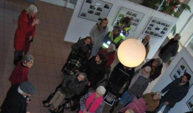 Geesterheem wandelaars brengen bezoek aan foto expositie op gemeentehuis
