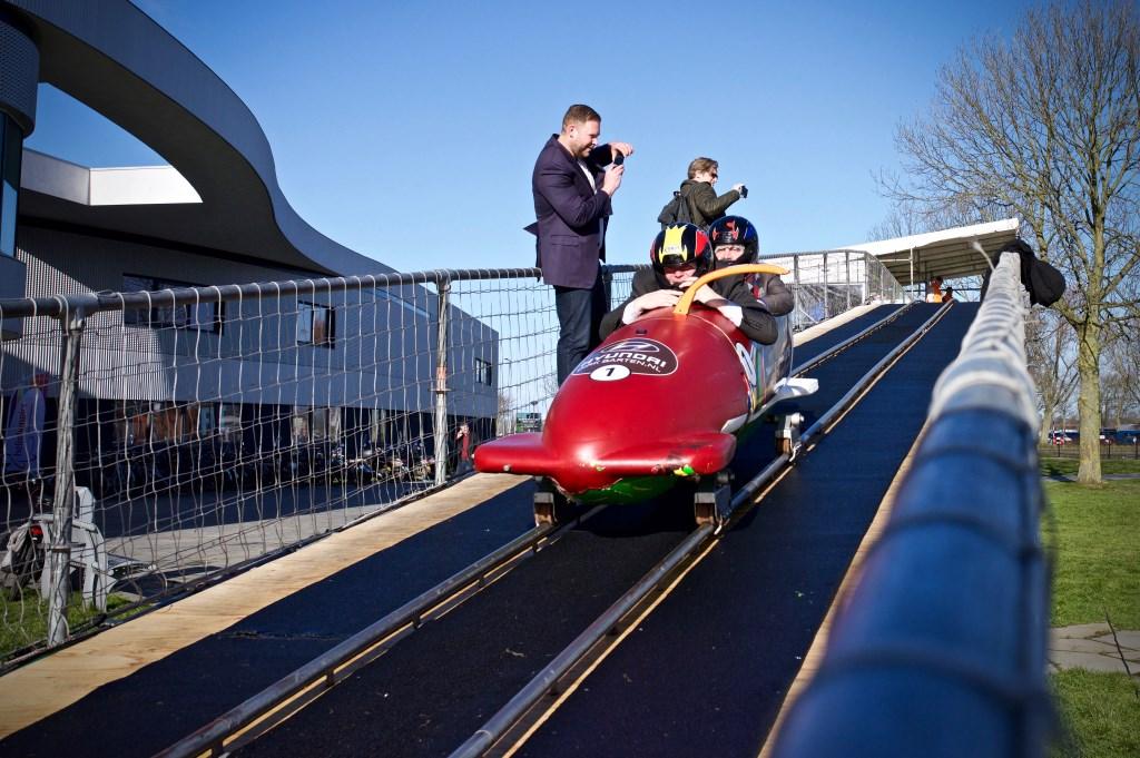 Wethouders Rob Opdam en Peter van Huissteden (Bergen) in de bobslee Foto: STiP Fotografie © Uitkijkpost Media B.v.