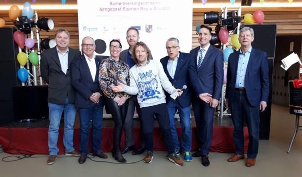 Zeven wethouders ondertekenden de Samenwerkingsovereenkomst Aangepast Sporten. Vlnr. de wethouders Rob Opdam (Heiloo), Leo Dickhoff (Heerhugowaard), Anke Vink (Uitgeest), Peter van Huissteden (Bergen), Pieter Dijkman (Alkmaar), Jasper Nieuwenhuizen (Langedijk) en Rob Schijf (Castricum)