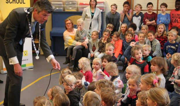 Burgemeester Mans in gesprek met de leerlingen