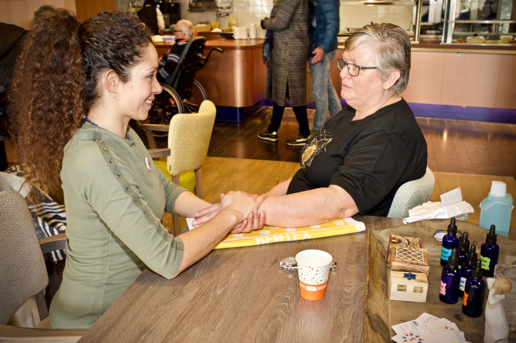 Daisy Hatusupy geeft handmassage. STiP Fotografie © Uitkijkpost Media B.v.