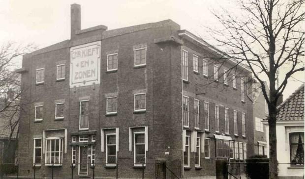De bollenschuur van Chris Kieft in 1966. In 1996 werd op deze plek de eerste steen gelegd voor de bouw van het huidige pand van Gédé Verpakkingen.