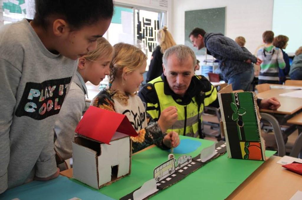de wijkagent toonde interesse in een ontwikkelde app die leerlingen ondersteunt veilige fietsroutes naar school te kiezen Foto: aangeleverd © Uitkijkpost Media B.v.