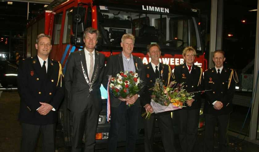 Op de foto vlnr.  Postcommandant Mark Schuitema, burgemeester Mans, Pieter Admiraal, Paul Bos, teamleider Petra Abma en teamleider Hakan Meijer.