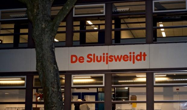 De naam van het multifuntionele gebouw prijkt op de gevel.