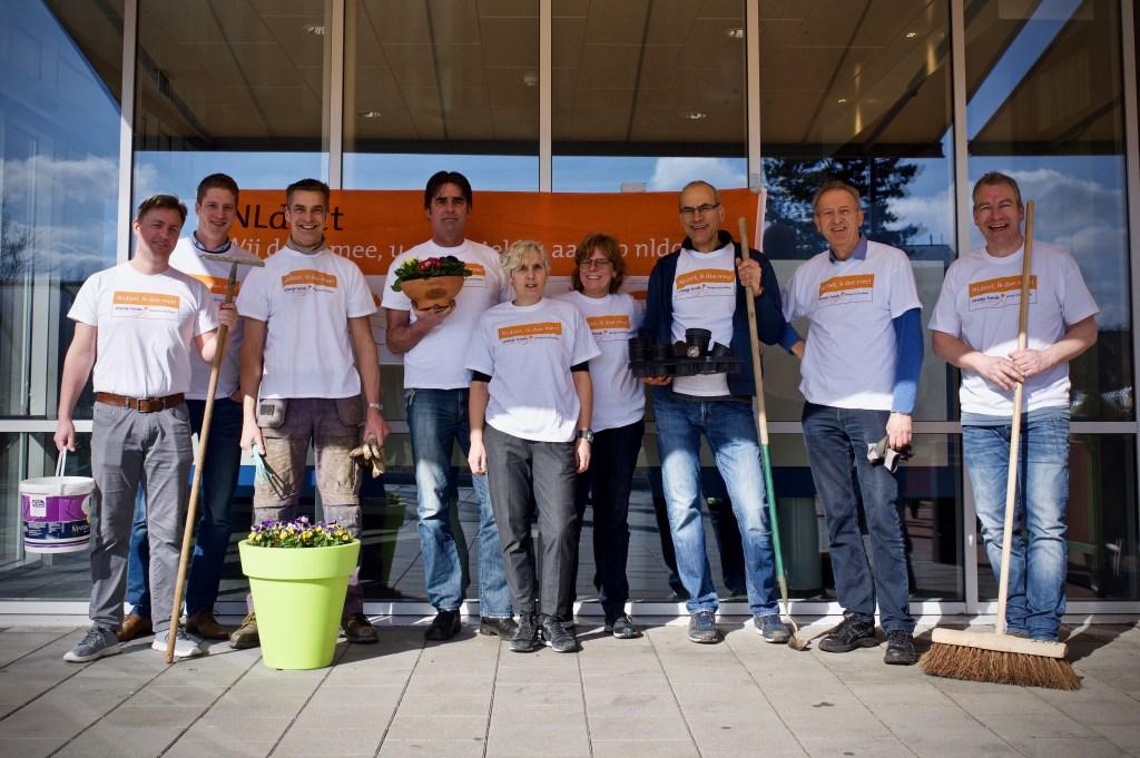Het managementteam en vrijwilligers maakten bij ViVa! Zorggroep De Loet het terras weer gezellig. STiP Fotografie © Uitkijkpost Media B.v.