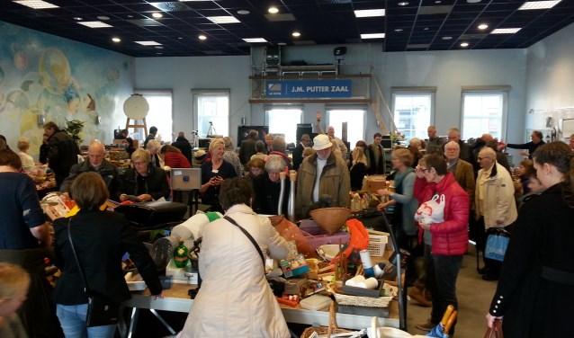 De rommelmarkt in 2017 werd druk bezocht.