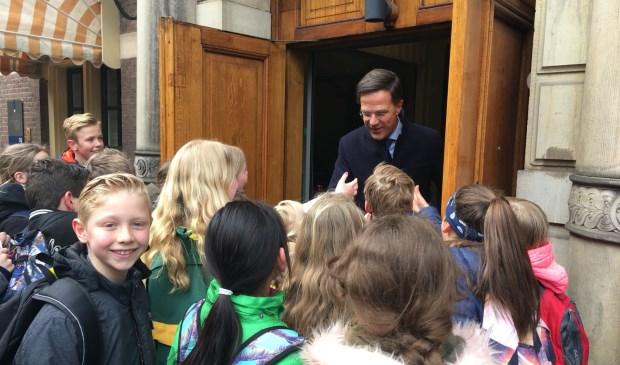 Leerlingen van groep 7 van CBS de Duif in een onderonsje met minister-president Mark Rutte.