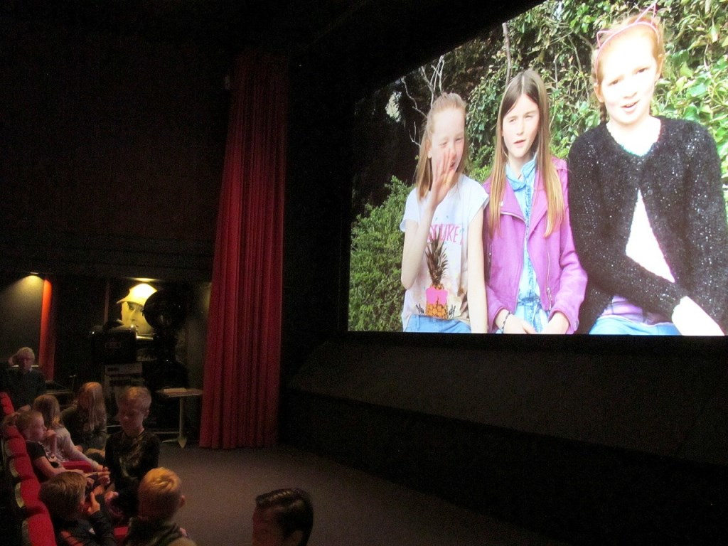 Leerlingen van de Visser 't Hooftschool te zien in de Corsobioscoop.