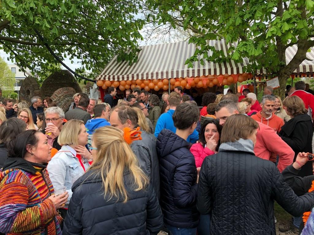 Gezellige drukte op Oranjebal. Foto: Marcel Keet © Uitkijkpost Media B.v.