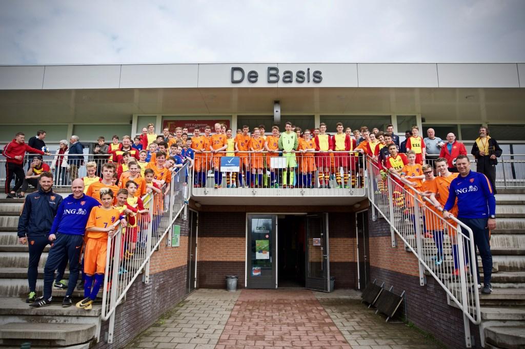 Spelers van de drie CP-teams, de staf en de drie HSV-teams op de tribune bij HSV. STiP Fotografie © Uitkijkpost Media B.v.