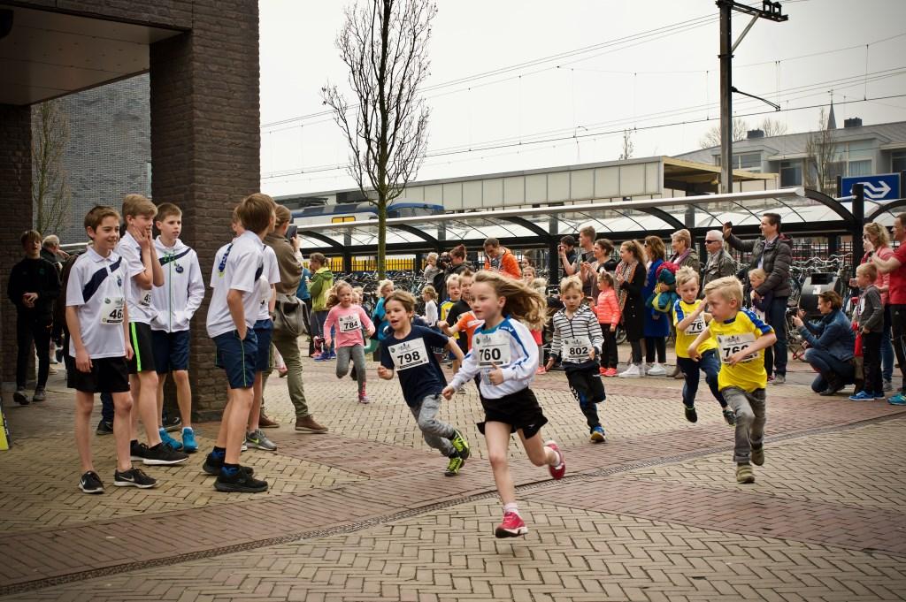 De bambini's in actie op het Stationsplein. STiP Fotografie © Uitkijkpost Media B.v.