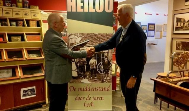 Voorzitter Jaap de Graaf bedankt de heer Jan Ranzijn voor het openen van de tentoonstelling.