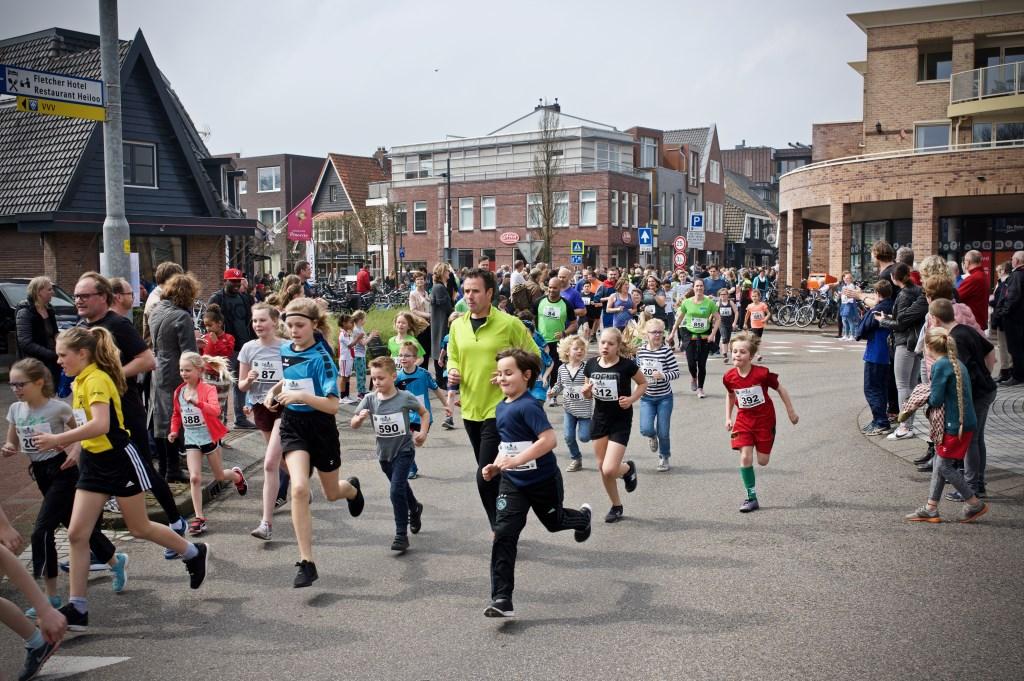 Jong en oud liepen door elkaar tijdens de 2,4 kilometer.