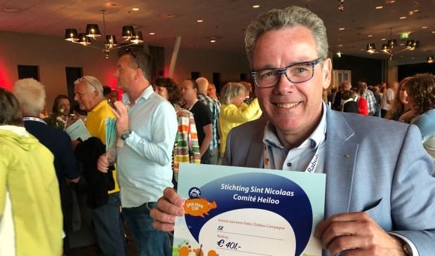 Jeroen Schouten nam blij de cheque in ontvangst voor het Sinterklaascomité.