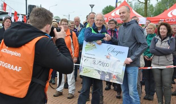 René Wit overhandigde een symbolische cheque aan Oer-IJ secretaris Jos Teeuwisse