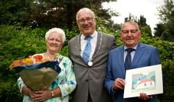 Gurie Ruiter-van Kessel, burgemeester Hans Romeyn en Arie Ruiter.