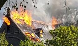 Uitslaande vlammen op het dak van de Corneliuskerk.