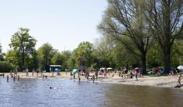 Zonnebaden aan het water bij het Uitgeestermeer.  Foto: Marloes Blok / Marloesblokfotografie.nl © Uitkijkpost Media Bv.