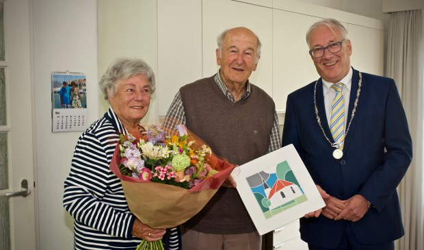 Ria van Kuijk-van West en Wim van Kuijk samen met burgemeester Hans Romeyn