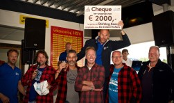 De Zware Hufters hebben een cheque uitgereikt aan Stichting Kees. Vlnr. Jan Schoorl, Sven Wittebrood, René Beerepoot, Theo Bakker, Peter Bijkerk, Abe Wittebrood, met cheque Stefan Beers en daarachter Jeroen Haanstra.